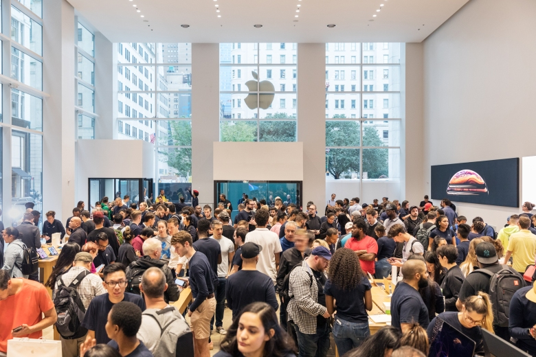 iPhone-Xs-Apple-Watch-Series-4_NY-5th-Ave-Apple-Store-interior_09202018